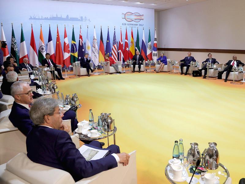 Франция больше ненастаивает науходе Асада споста президента Сирии— Макрон