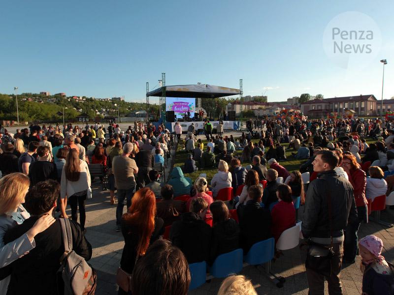 НаЮбилейной площади смонтировали сцену для фестиваля Jazz May 2017