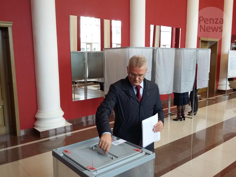 Губернатор Иван Белозерцев проголосовал одним изпервых