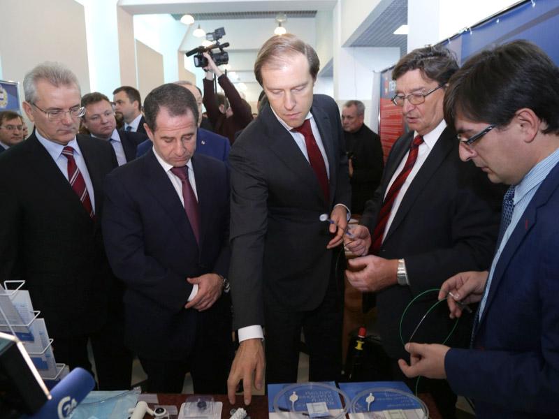 Михаилу Бабичу вСаратове презентовали «фирменные» поварешки идеревянные рубли
