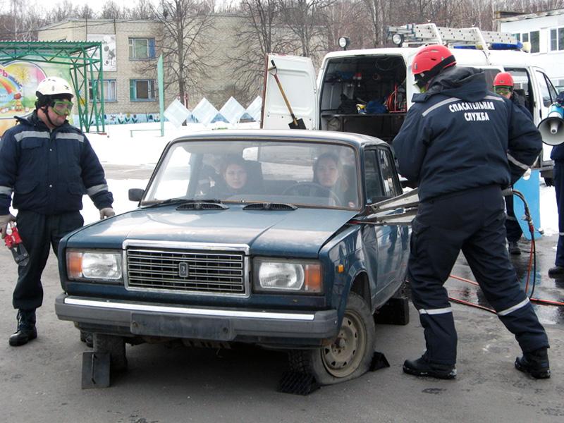 Под Пензой cотрудники экстренных служб разрезали автомобиль сдетьми внутри