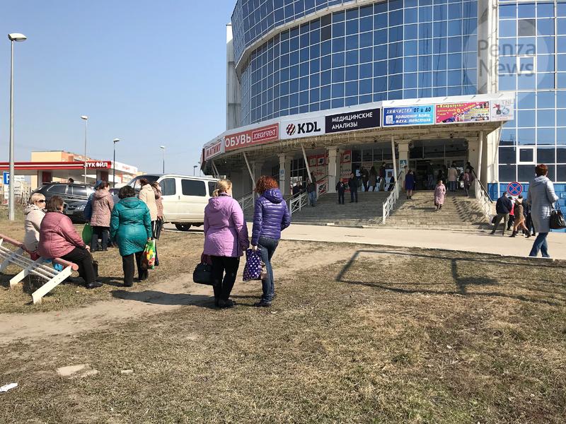 Приставы приостановили работу торгового центра в поселке Октябрьский