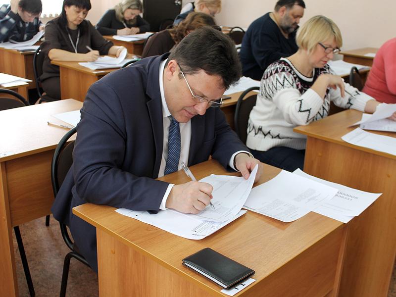 В Пензе чиновники и родители школьников сдали пробный ЕГЭ по русскому языку