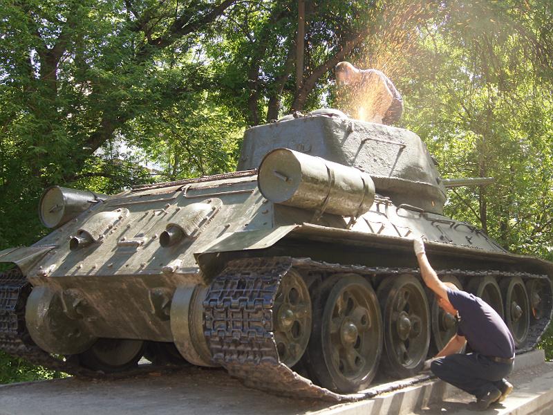 Специалисты вскрыли люк установленного в Пензе танка Т-34