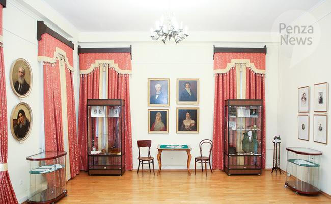 В Пензе начала работу выставка «Мода, престол которой в Париже»