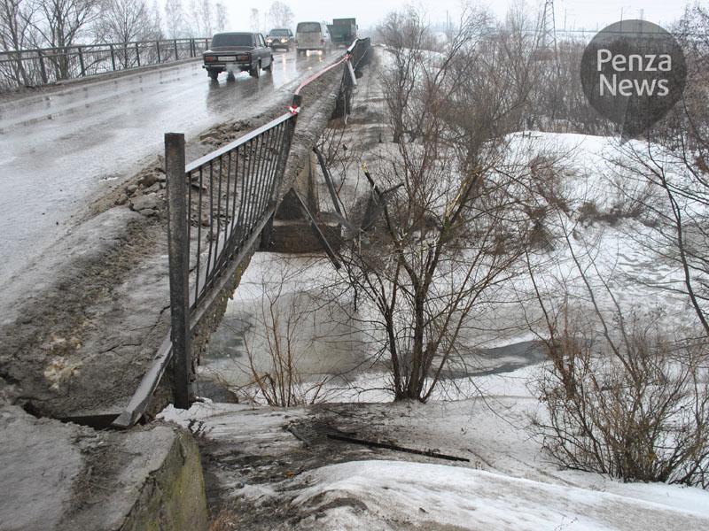ВТерновке мост остался без ограждения из-за происшествия надороге
